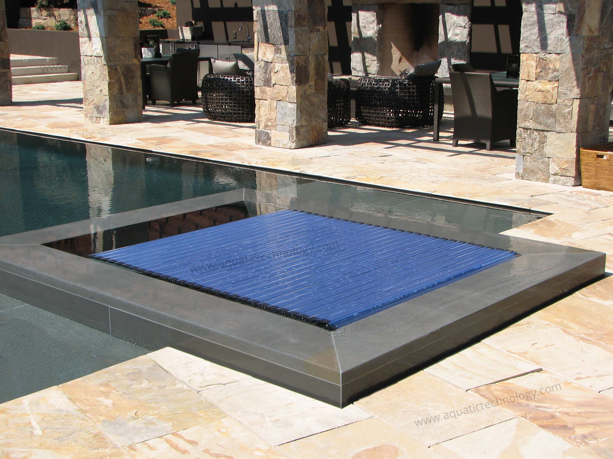 Retractable automatic floating insulated spa cover